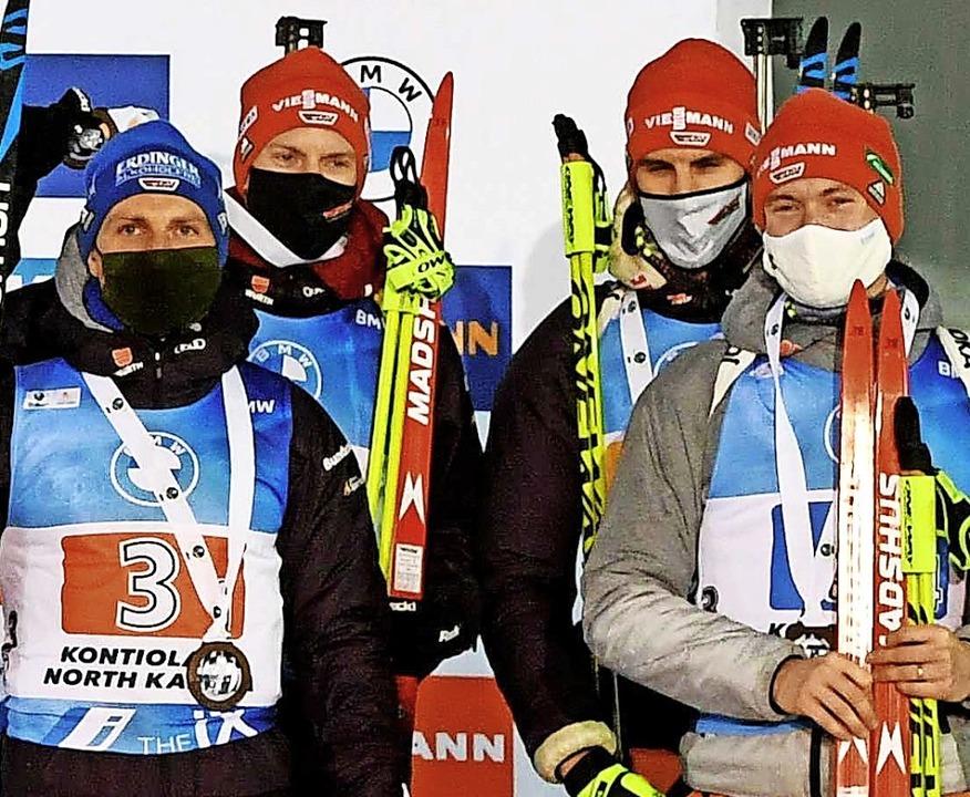 Dritter Platz für die deutsche Staffel... von links) und Benedikt Doll (rechts)  | Foto: ANTTI AIMO-KOIVISTO (AFP)