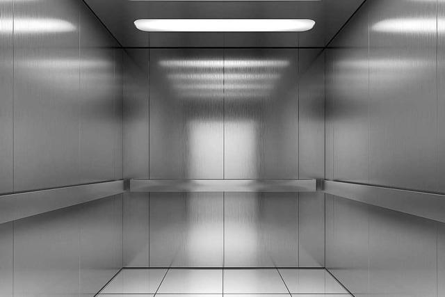 Warum gibt es in Aufzügen Spiegel?