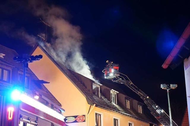 Feuerwehr löscht Dachgeschossbrand in ehemaligem Gasthaus in Tiengen