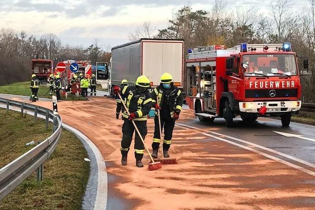 Treibstoff fließt nach Unfall in Richtung Autobahn