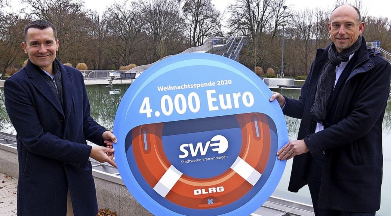 Björn Michels (r.) übergibt Ralf Oberle die Spende.  | Foto: Georg Voß