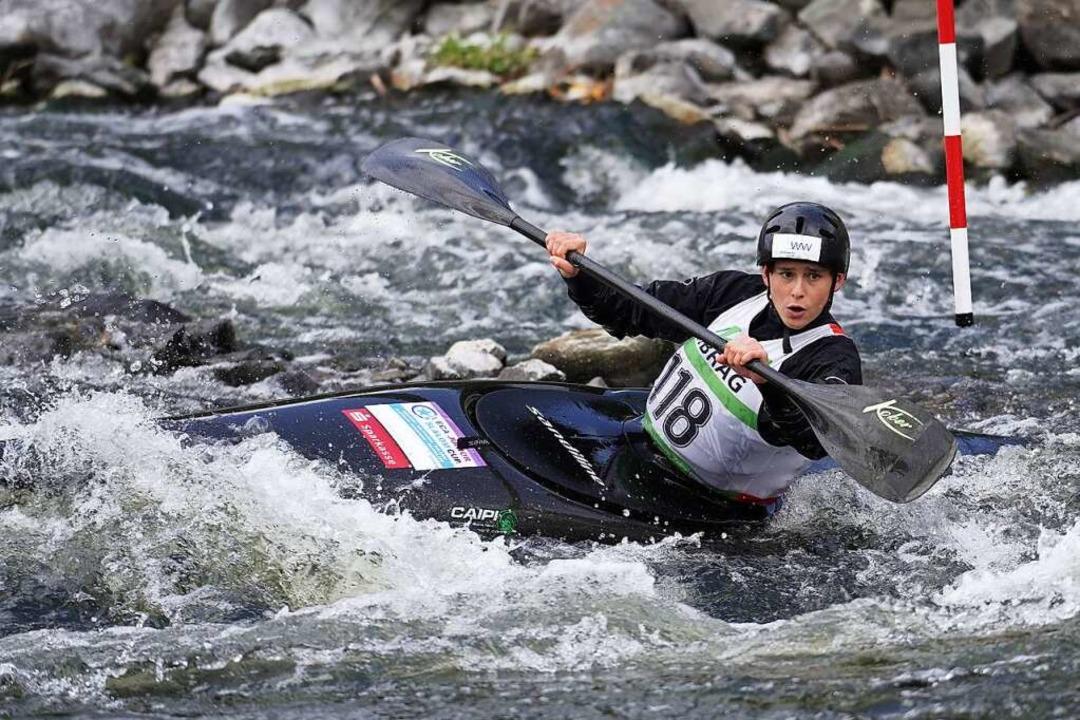 Karolina Erschig balanciert ihr Kanu im Wildwasser zwischen den Stangen aus.    Foto: Uta Buettner