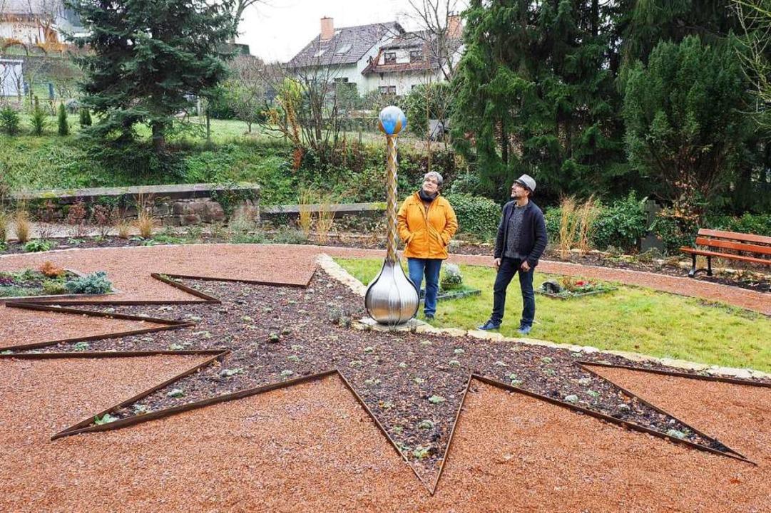 Christina Gedemer und Metalldesigner B...n der Stele auf dem Sternenkinderfeld.  | Foto: Michael Haberer