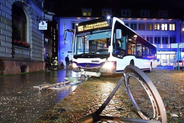 Linienbus kollidiert mit Laterne − Drei Schüler leicht verletzt
