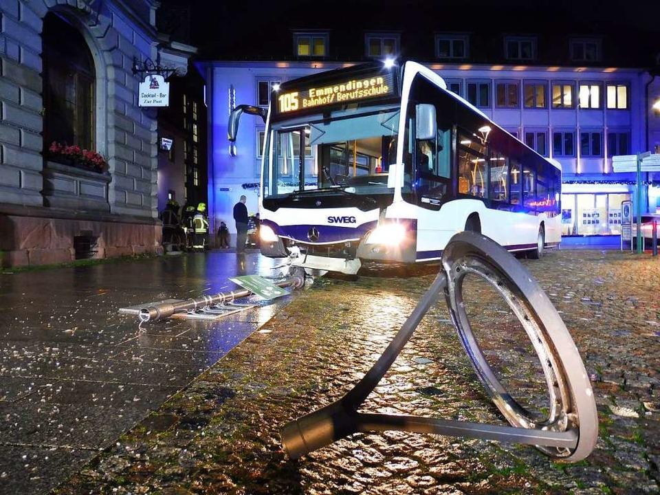 Beim Abbiegen kollidierte der Linienbu... Hinweisschild und der Straßenlaterne.  | Foto: Feuerwehr Emmendingen