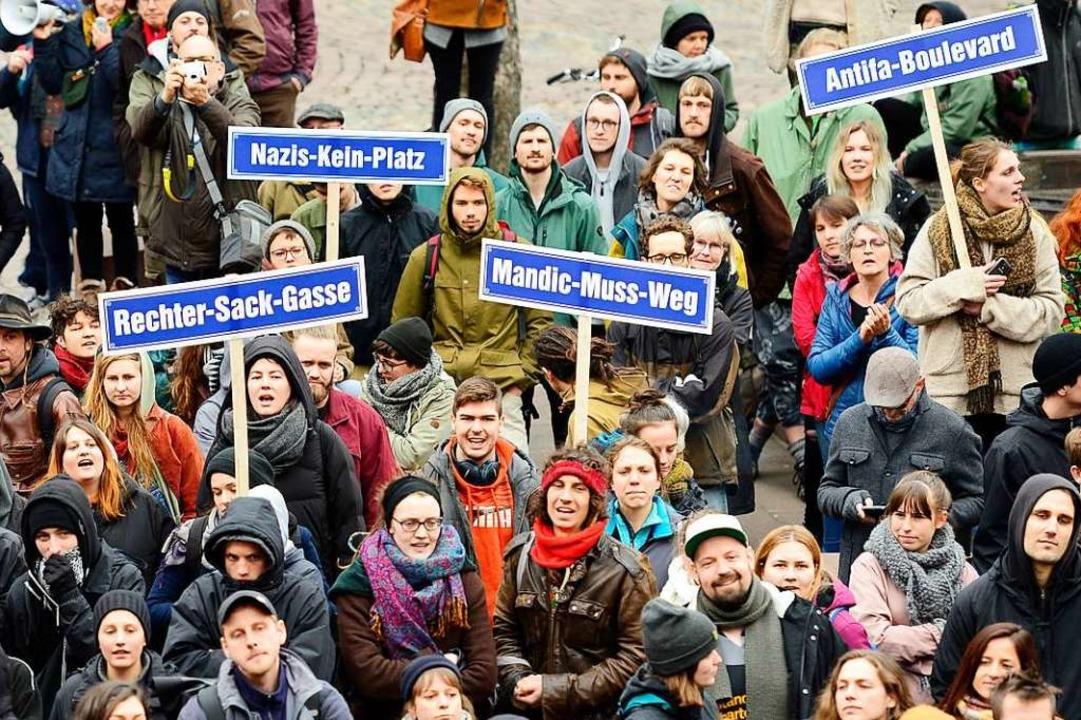 Zahlreiche Demonstranten stellten sich...h ist eine Gegenkundgebung angemeldet.  | Foto: Ingo Schneider