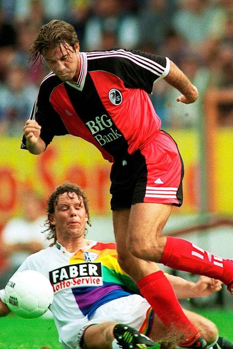 Marco Weißhaupt im August 1998 beim SC...estoppt von VfL-Spieler Torsten Kracht  | Foto: dpa/lsw