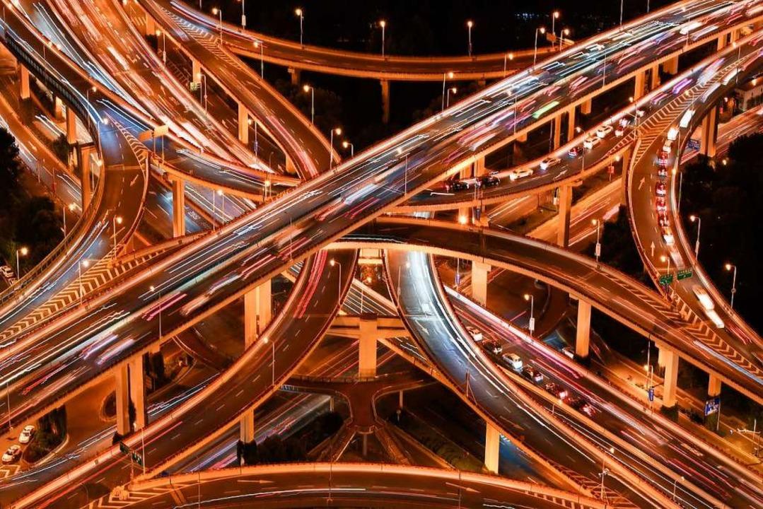 Ein Autobahnkreuz in Shanghai bei Nach...Instituts in diesem Jahr die Biomasse.  | Foto: Li He (dpa)