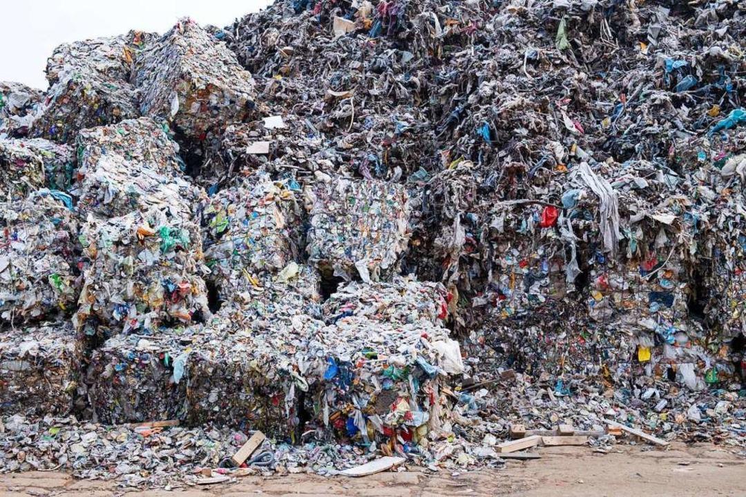 In Ballen gepresster Verpackungsmüll l...che Produktion an Plastik aufzuwiegen.  | Foto: Bernd von Jutrczenka (dpa)