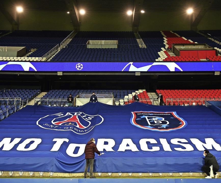 Vor dem zweiten Versuch, das Spiel in ...fspannen – Nein zum Rassismus.    | Foto: FRANCK FIFE (AFP)