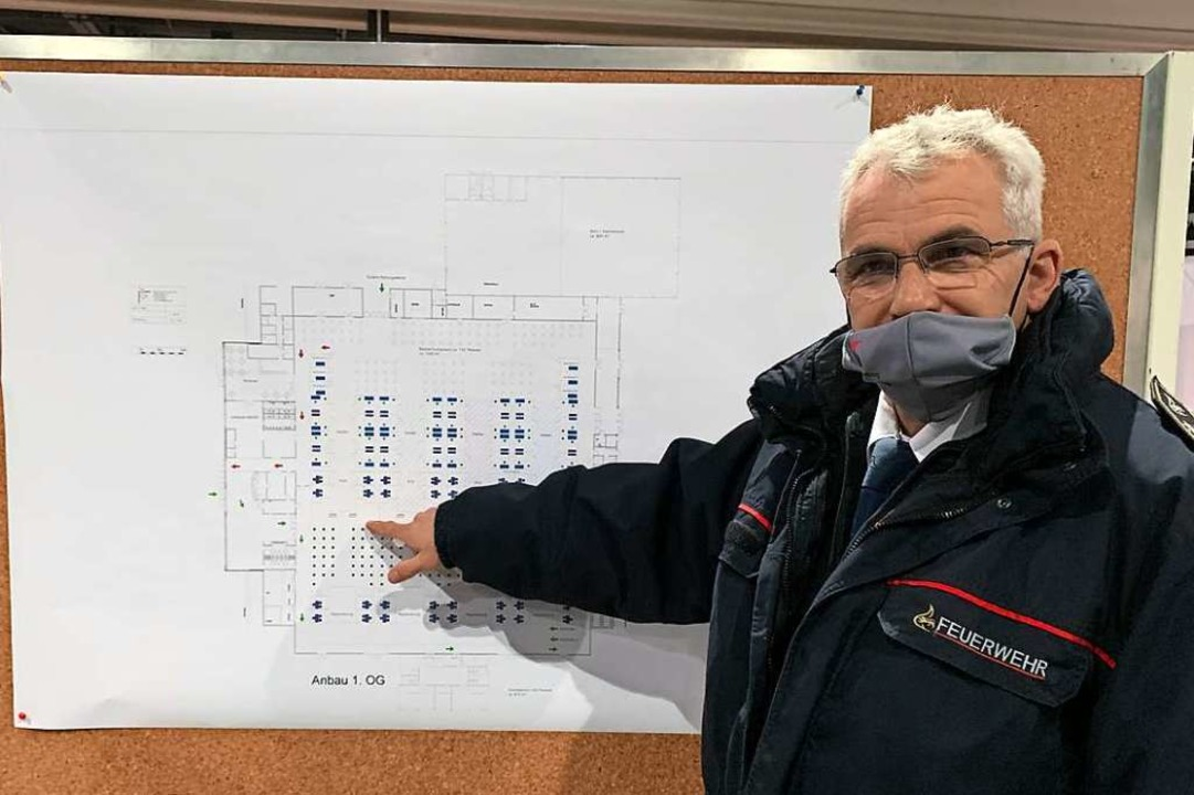 Peter Schwinn erläutert den Aufbau des...rums auf dem Offenburger Messegelände.    Foto: Helmut Seller