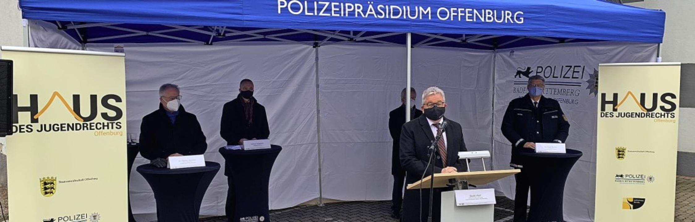 Ministerbesuch: Guido Wolf lobt das Ha...und Reinhard Renter)Polizeipräsidium.   | Foto: Helmut Seller