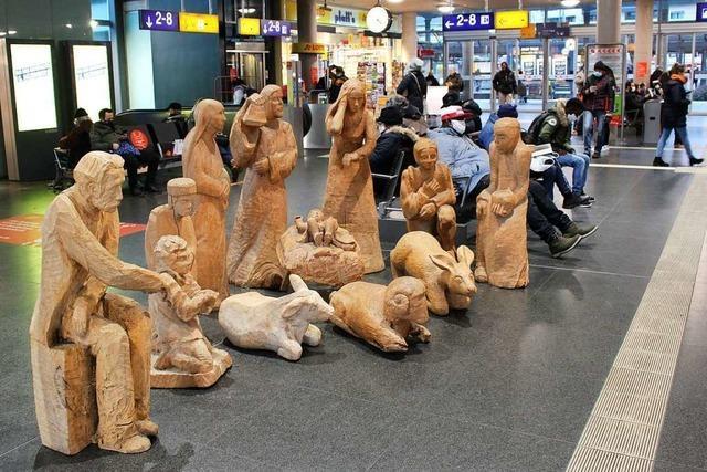 Im Freiburger Hauptbahnhof steht eine Krippe aus Polen