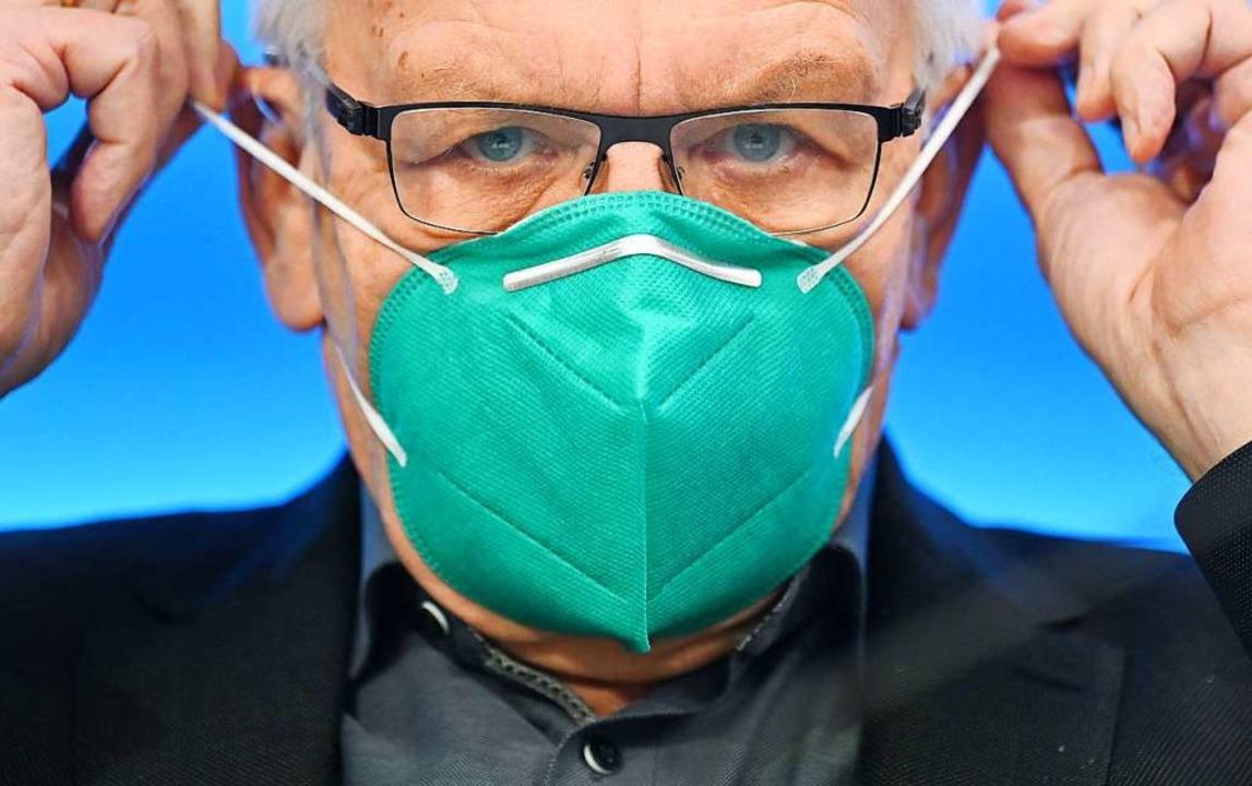 Ministerpräsident Winfried Kretschmann...sowie tagsüber Ausgangsbeschränkungen.  | Foto: Marijan Murat (dpa)