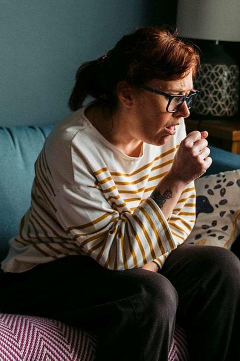 Manche Covid-Kranken haben auch Wochen... täglich Symptome – etwa Husten.  | Foto: Annie Spratt (Unsplash)