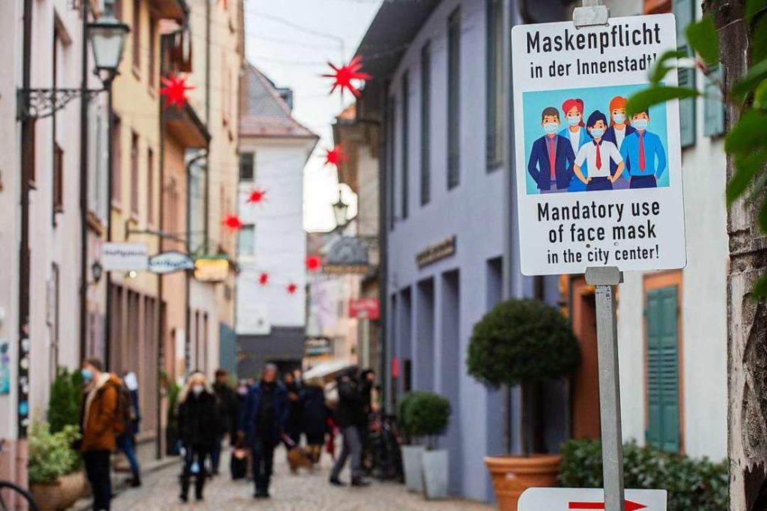 Maskenpflicht gilt mittlerweile in vie...dten im Land – hier in Freiburg.  | Foto: Philipp von Ditfurth (dpa)