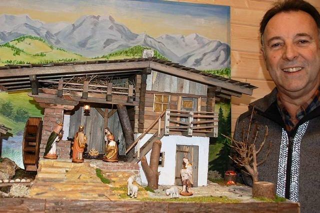 Ein Schopfheimer baut Krippen im Tiroler Landhausstil