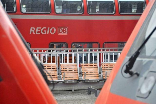 Mann schubst Frau ohne Maske im Zug nach Freiburg von ihrem Sitz und beleidigt sie