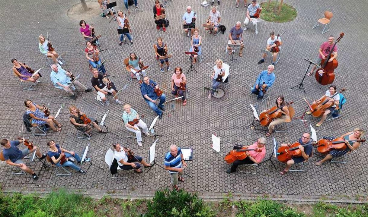 Im Sommer verlegte das Symphonieorchester seine Proben kurzerhand nach draußen.    Foto: Beatrice Ehrlich