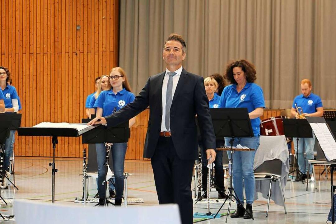 Dirigent Rüdiger Müller bei seinem ers...n Konzert mit der Endinger Stadtmusik.  | Foto: Ruth Seitz