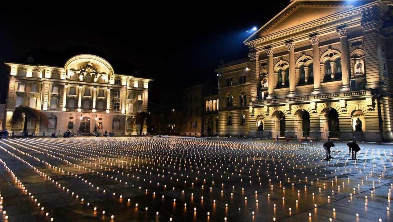 Lichter vor dem Bundeshaus in Bern: Je...wie die Pandemie bekämpft werden soll.  | Foto: Anthony Anex (dpa)
