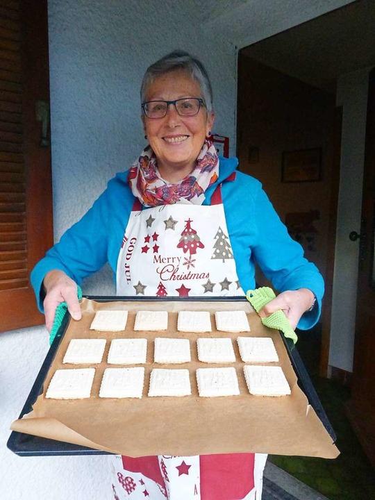 Brigitte Rees hat gerade wieder ein Blech Springerle gebacken.  | Foto: Andrea Gallien