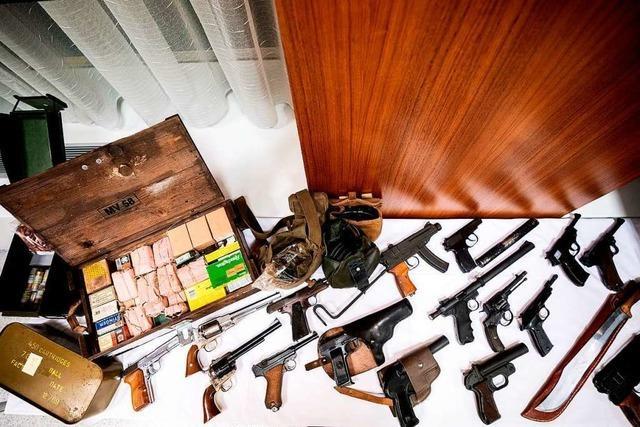 Bayern und Österreich: Riesiges Waffenarsenal für Rechtsradikale sichergestellt