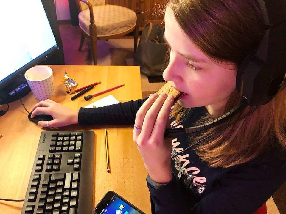 Kekse knabbern hilft beim Knobeln: Jed...m Gerät, gespielt wird aber gemeinsam.    Foto: Ronja Vattes