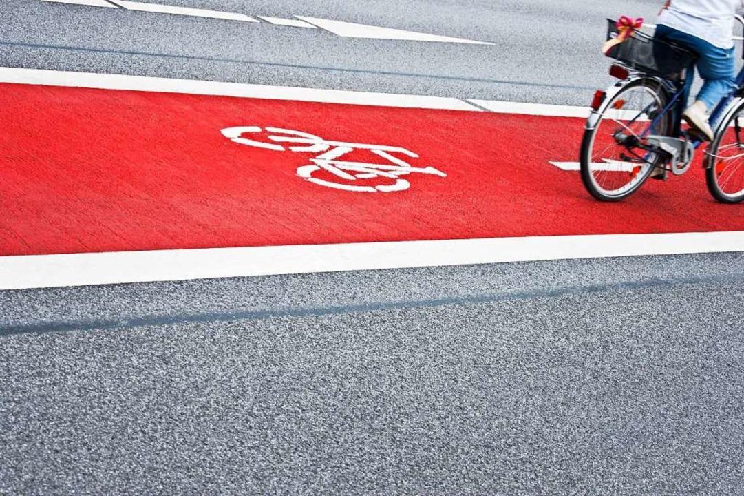 Ein derart deutlich abgegrenzter Radwe...rradfahrern ein Gefühl der Sicherheit.  | Foto: Pixelot  (stock.adobe.com)