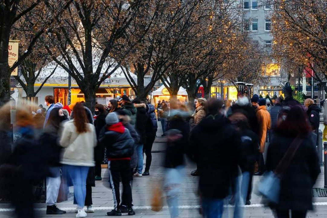 Shopper am Wochenende in Hamburg &#821...fte des täglichen Bedarfs geschlossen.    Foto: Markus Scholz (dpa)