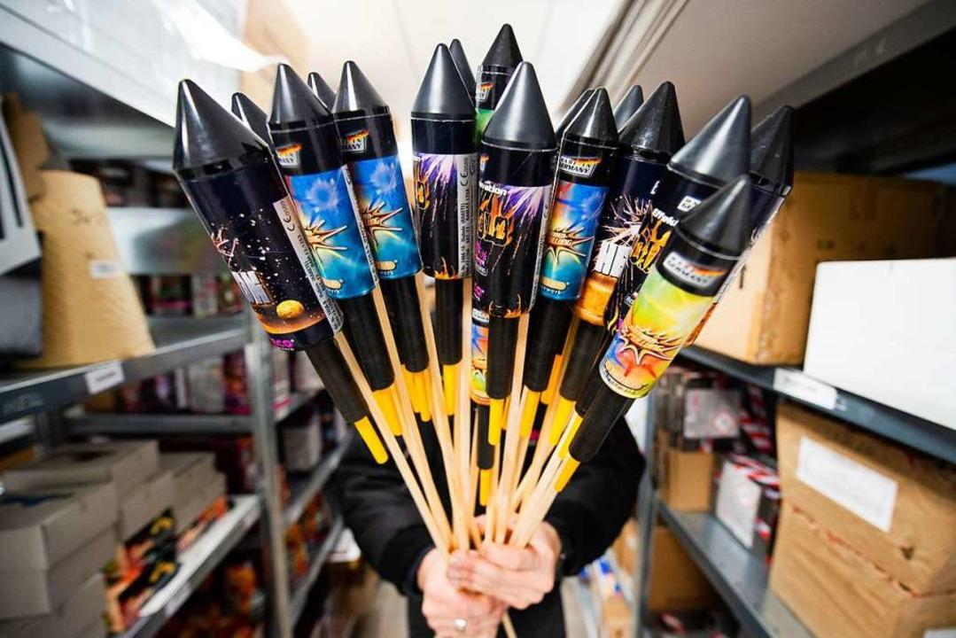 Der Verkauf von Feuerwerk wird in diesem Jahr verboten.    Foto: Christophe Gateau (dpa)