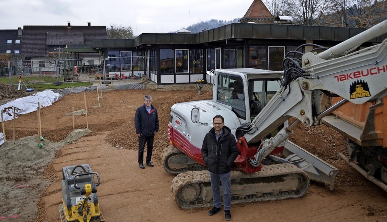 Windens Bürgermeister Klaus Hämmerle u... Kindergarten und ehemaligem Rathaus.     Foto: Nikolaus Bayer