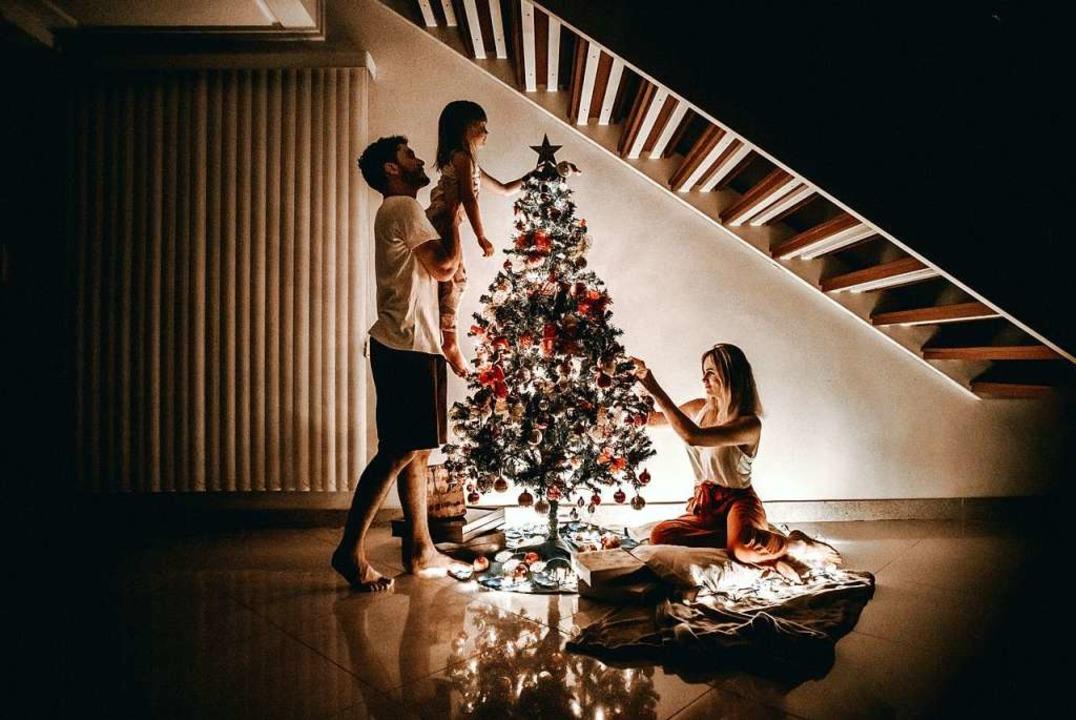 Weihnachten sieht in diesem Jahr für manche Familien anders aus als sonst.  | Foto: Jonathan Borba (Unsplash)