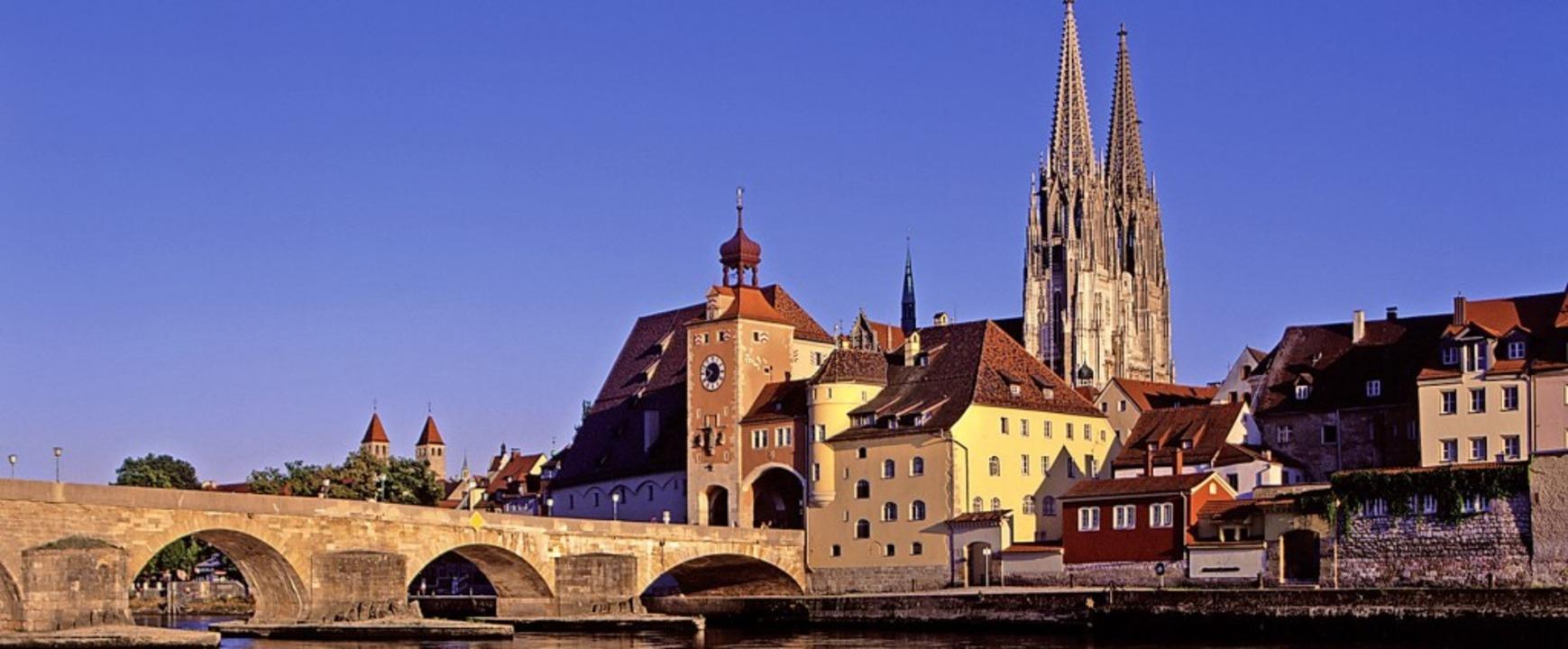 Die Steinerne Brücke über die Donau und der Regensburger Dom in der Abendsonne  | Foto: Peter Ferstl