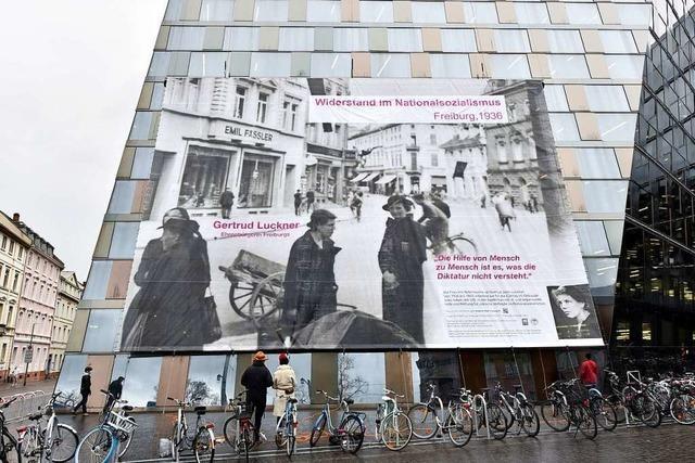 Ein Banner von Gertrud Luckner an der UB