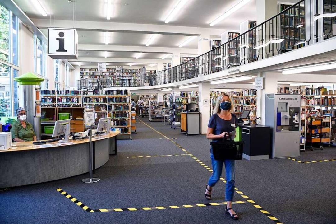 Die Stadtbibliothek wird wegen Corona für gut drei Wochen geschlossen.    Foto: Thomas Kunz