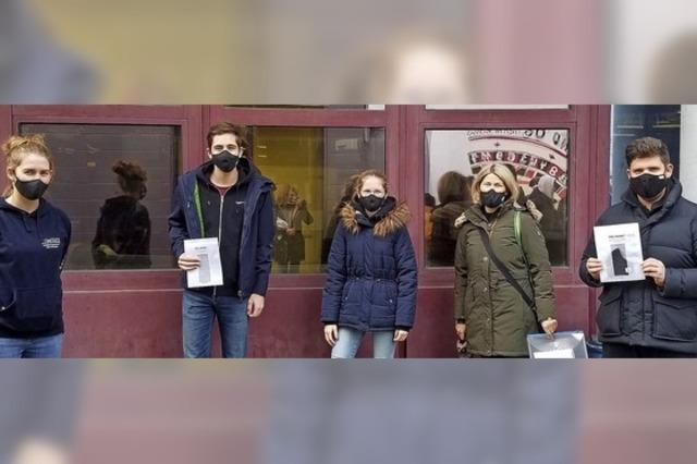 Schüler verkaufen Masken