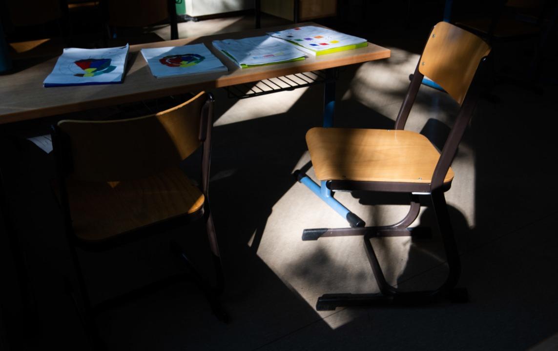 In den meisten Klassenräumen Baden-Wür... Mittwoch an: Die Stühle bleiben leer.  | Foto: Julian Stratenschulte (dpa)