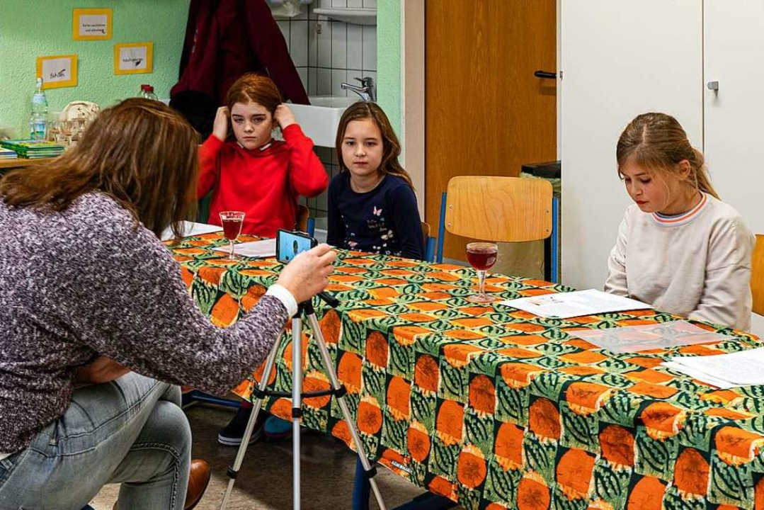 Melanie Mangold hat  die Kinder gefilm... selbst geschriebenen Texte vortragen.  | Foto: Hubert Gemmert