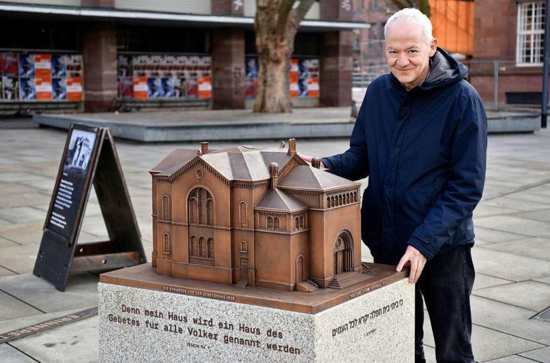 Tobias Eder mit dem Modell der 1938 zerstörten Synagoge.  | Foto: Thomas Kunz