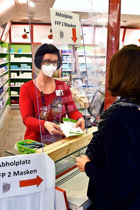 Apothekerin Julia Langner am Maskenschalter in der Apotheke im Kaufland.   | Foto: Thomas Kunz
