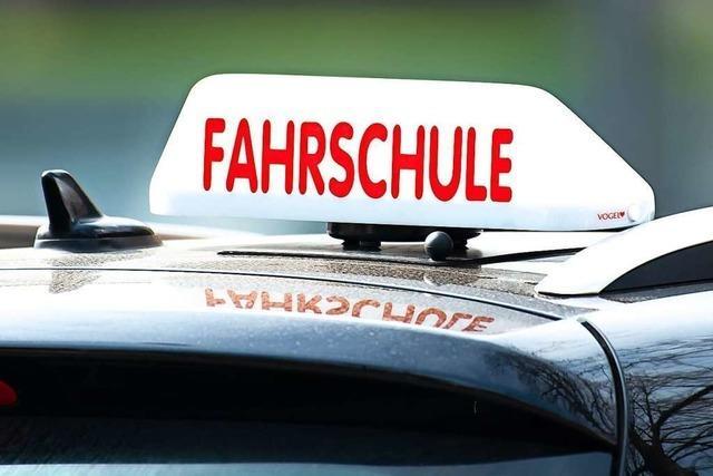 Betrunkener Radfahrer blockiert Fahrschulauto in Lörrach