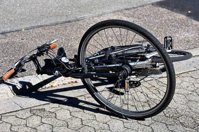 Autofahrerin bringt jugendliche Radlerin zu Fall und flüchtet