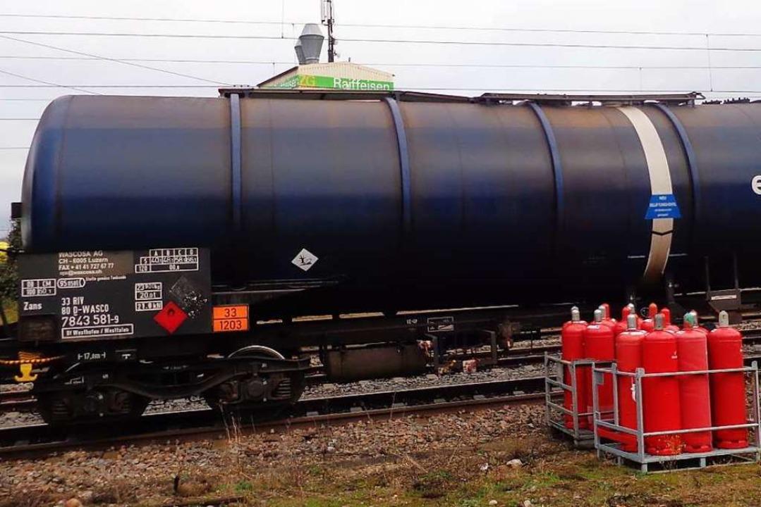 Gasflaschen neben einem Gefahrgutzug? ...des Abgeordneten Rainer Stickelberger.  | Foto: Friedrich Lehr
