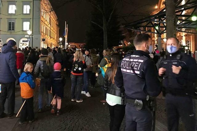 Polizei setzt Platzverweise gegen Corona-Demonstranten in Offenburg durch