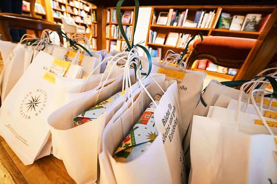 Päckchen packen und ausliefern heißt es jetzt für den Buchhandel.  | Foto: Frank Rumpenhorst (dpa)