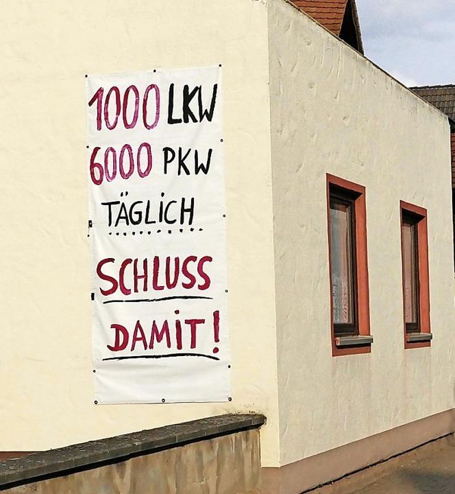 Mehrere Plakate im Hort zeigen die Unzufriedenheit der Hartheimer.  | Foto: Frank Schoch