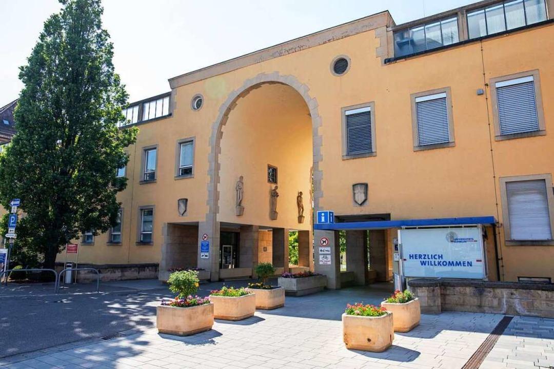 Besuchsstopp: Uniklinik,  Herzzentrum ...eren auf die steigenden Corona-Zahlen.  | Foto: Philipp von Ditfurth (dpa)