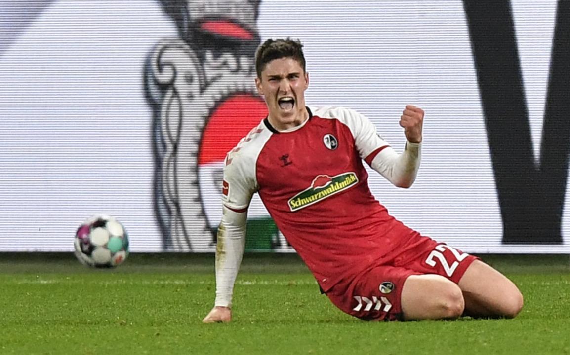 Freiburgs Sallai schlägt auf Schalke doppelt zu  | Foto: Martin Meissner (dpa)