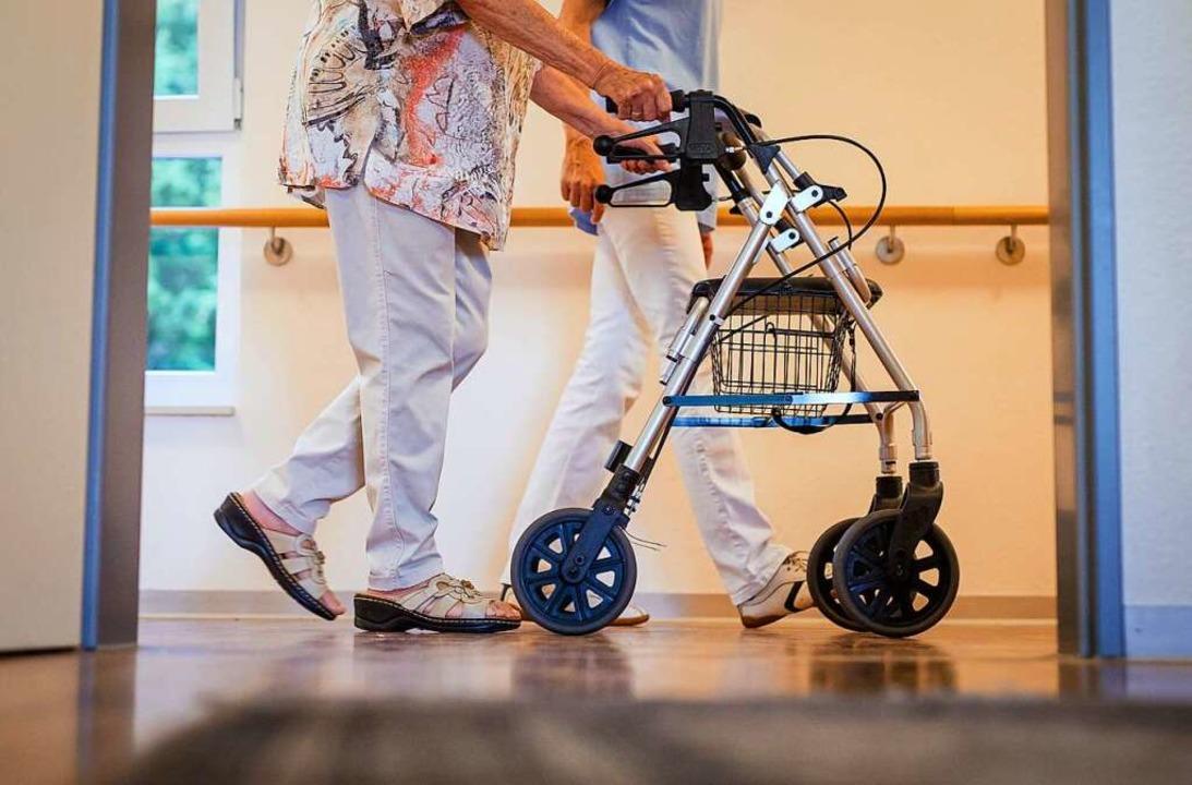 Die Corona-Lage in den Pflegeheimen ist angespannt.  | Foto: Christoph Schmidt (dpa)